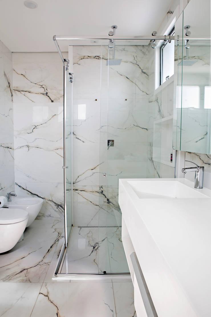 Residência Roverato: Banheiros  por felipe torelli arquitetura e design,Moderno Mármore