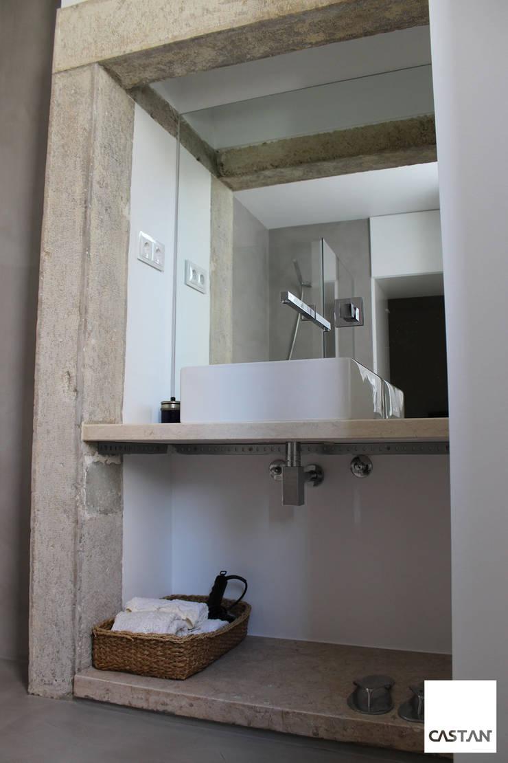 Instalação sanitária piso inferior: Casas de banho  por Castan