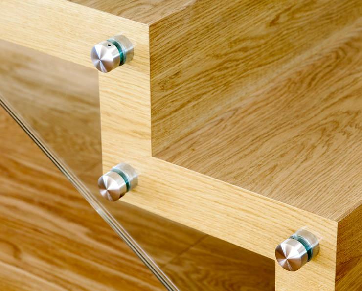 ST865 Nowoczesne schody dywanowe ze szkłem / ST865 Modern Zigzag Stair With Glass Balustrade: styl , w kategorii Korytarz, przedpokój zaprojektowany przez Trąbczyński,Nowoczesny Drewno O efekcie drewna