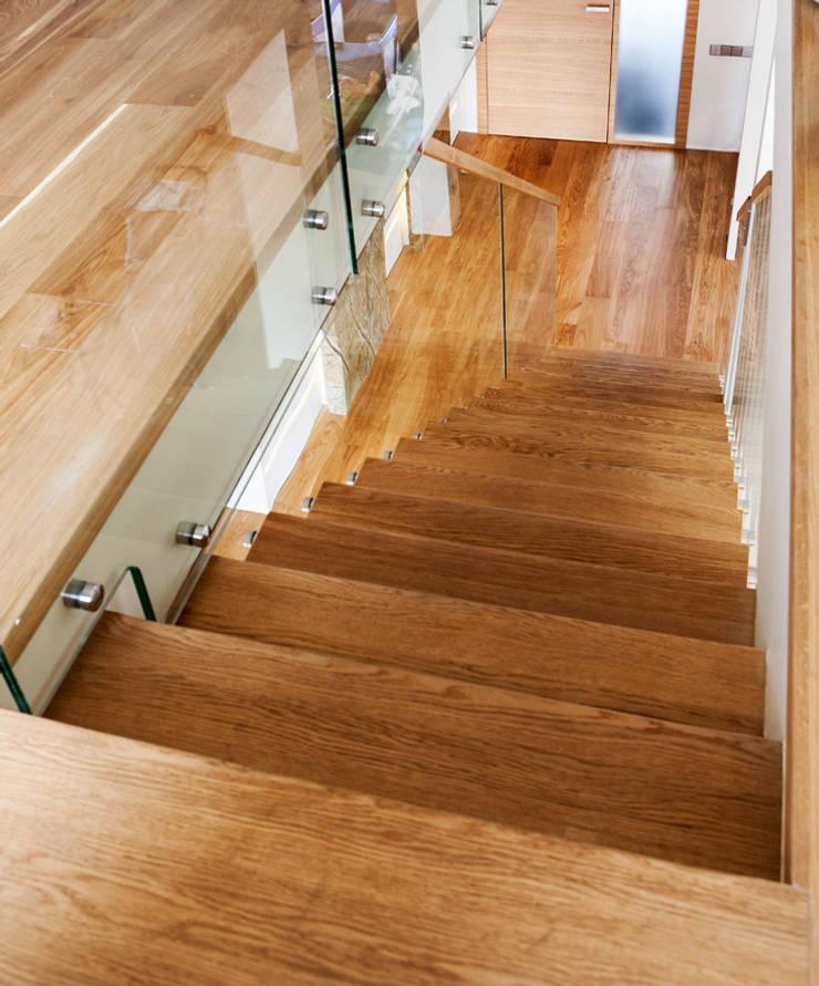 ST865 Nowoczesne schody dywanowe ze szkłem / ST865 Modern Zigzag Stair With Glass Balustrade: styl , w kategorii Korytarz, przedpokój zaprojektowany przez Trąbczyński