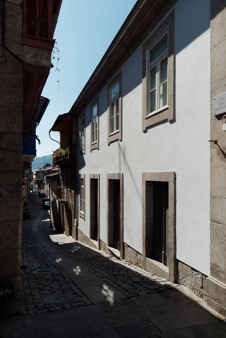 Casa em Chaves: Casas  por bAse arquitetura