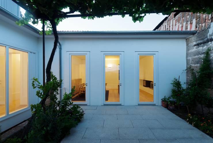 Casa em Chaves: Jardins  por bAse arquitetura