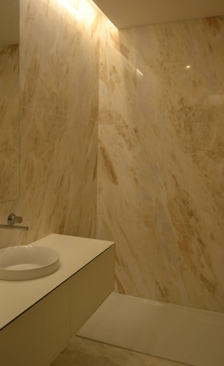 REABILITAR   I    MORADIA: Casas de banho  por PAULA NOVAIS ARQUITECTOS E DESIGN