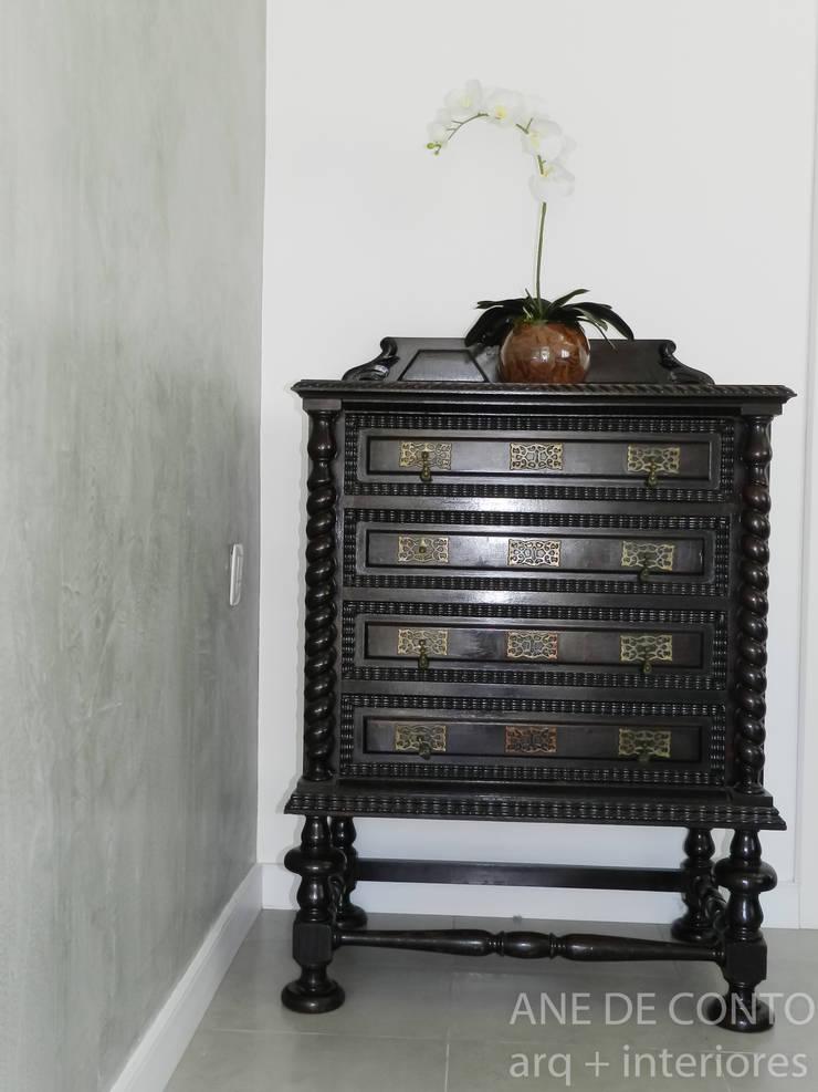 detalhe móvel antigo : Espaços comerciais  por ANE DE CONTO  arq. + interiores