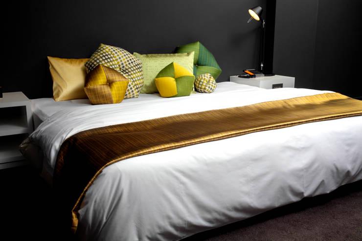ベッドでのデコレーション(Bed Decoration): 株式会社高岡が手掛けた寝室です。