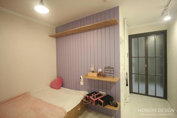 아기자기한 15평 싱글하우스 : 홍예디자인의  침실