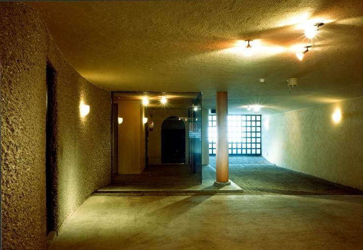 川崎の医院: 松井建築研究所が手掛けた廊下 & 玄関です。