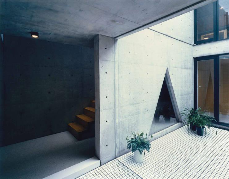 東住吉のコートハウス: 株式会社  小林恒建築研究所が手掛けたテラス・ベランダです。
