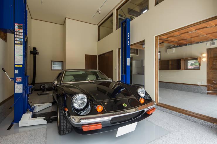 ガレージ蔵: 橋本健二建築設計事務所が手掛けたガレージです。