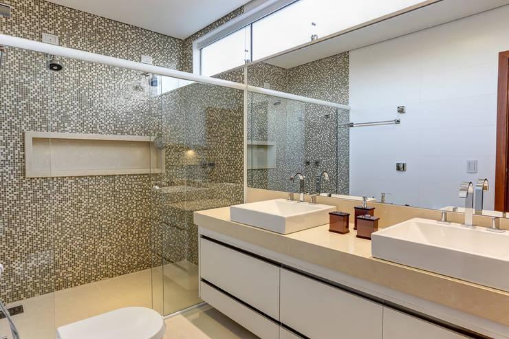 Projeto residencial: Banheiros  por Carla Mateuzzo
