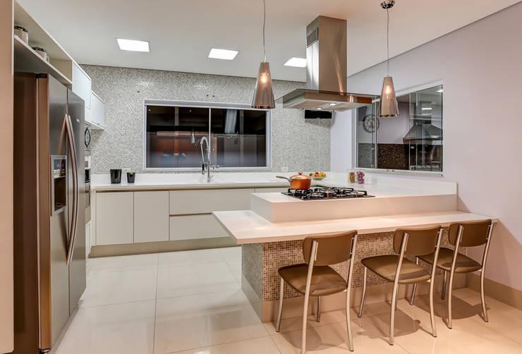 Projeto residencial: Cozinhas  por Carla Mateuzzo