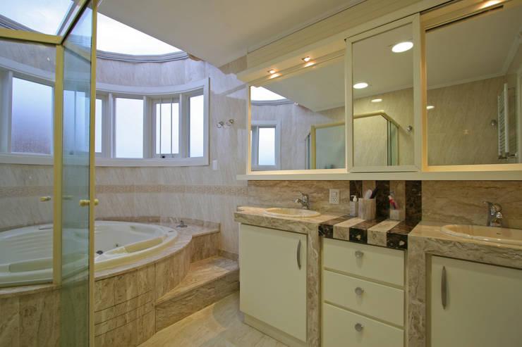 Clássico e atemporal: Banheiros  por Escritório de Arquitetura Margit A. Fensterseifer