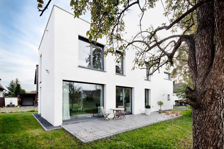 Wohnhaus Mondorf:  Terrasse von Corneille Uedingslohmann Architekten