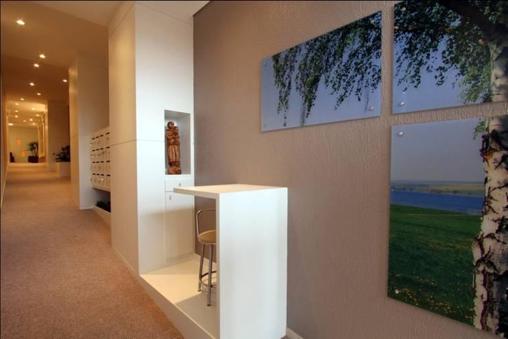 O cartão de visitas do condomínio: Corredores e halls de entrada  por Escritório de Arquitetura Margit A. Fensterseifer