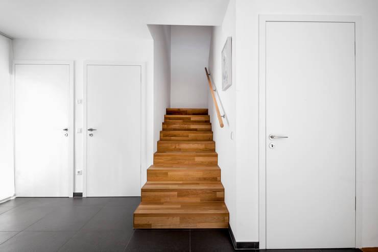 Wohnhaus Mondorf:  Flur & Diele von Corneille Uedingslohmann Architekten