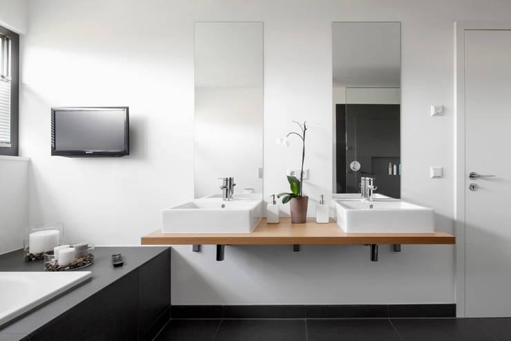 Wohnhaus Mondorf:  Badezimmer von Corneille Uedingslohmann Architekten