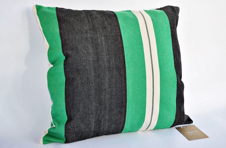 Almofada risca verde e preta: Sala de estar  por TEIAS DE LONA