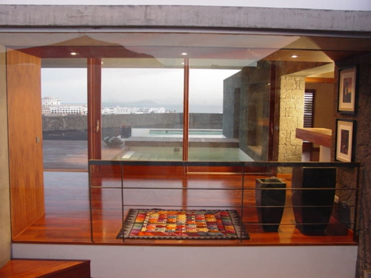 Vivienda Unifamiliar en Lanzarote: Pasillos y vestíbulos de estilo  de ADAC Arquitectura