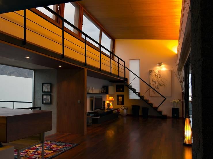 Vivienda Unifamiliar en Lanzarote: Salones de estilo moderno de ADAC Arquitectura