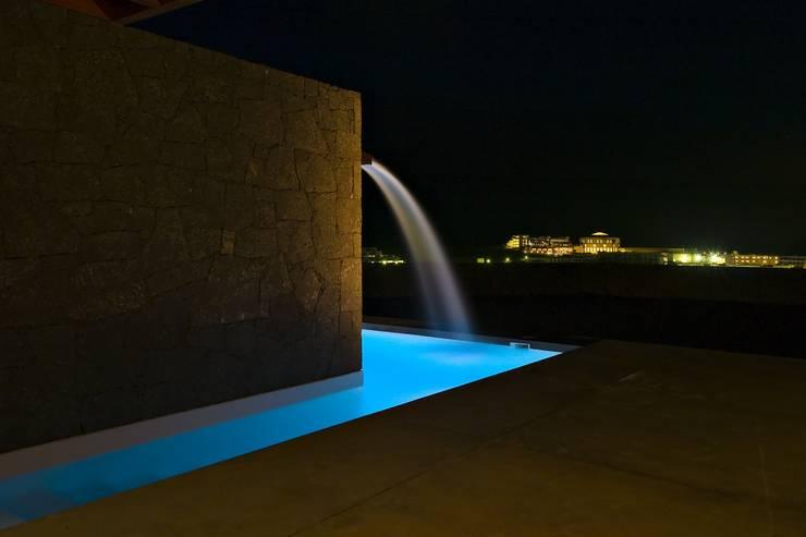Vivienda Unifamiliar en Lanzarote: Piscinas de estilo moderno de ADAC Arquitectura
