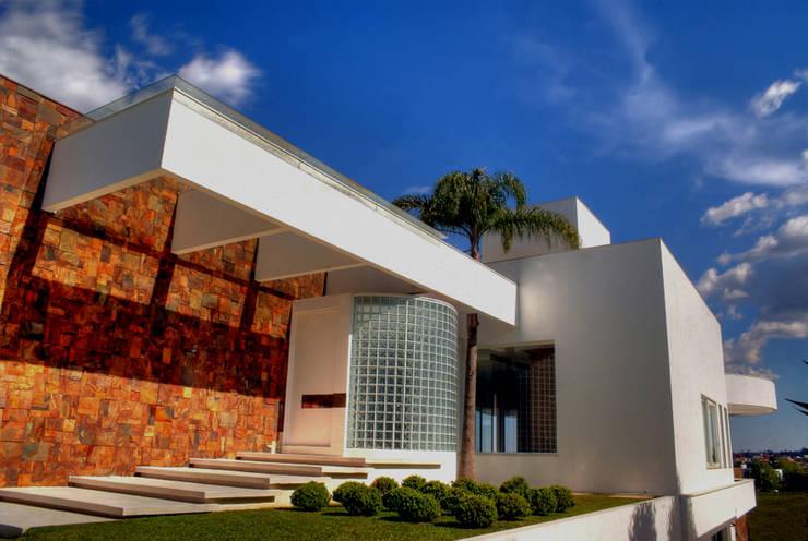 Proj. Arq. Cláudia Caramori: Casas  por BRAESCHER FOTOGRAFIA