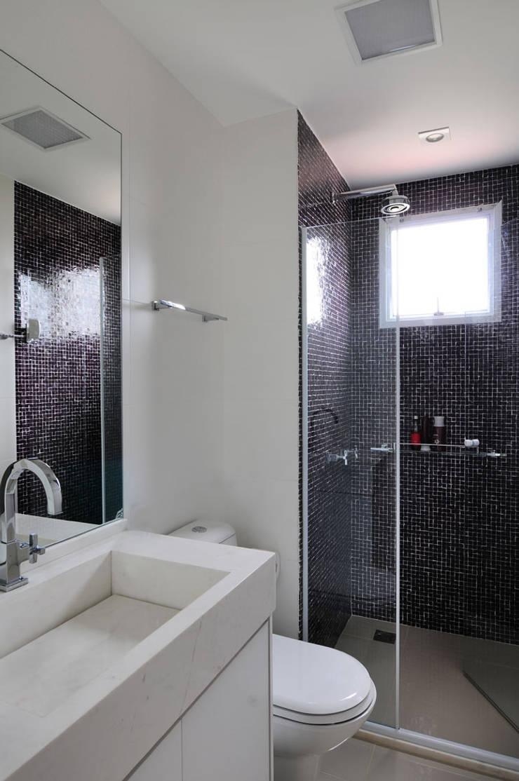 Apartamento no Campo Belo: Banheiros  por Mario Catani - Arquitetura e Decoração