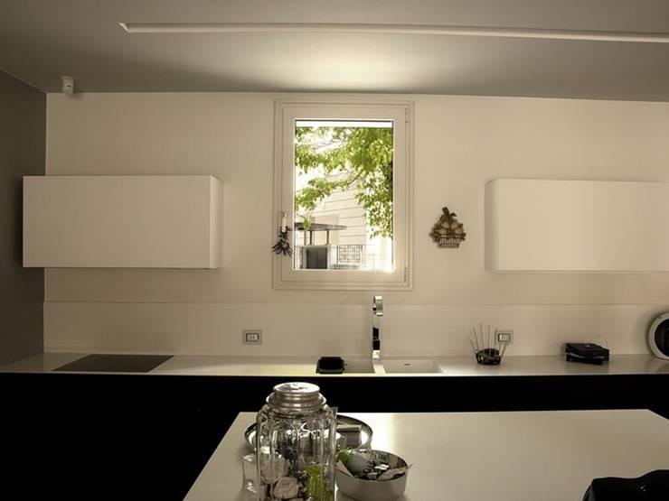 Finestre e scorrevoli a taglio termico - profili Schuco e Reynaers: Finestre & Porte in stile in stile Moderno di quartieri luigi