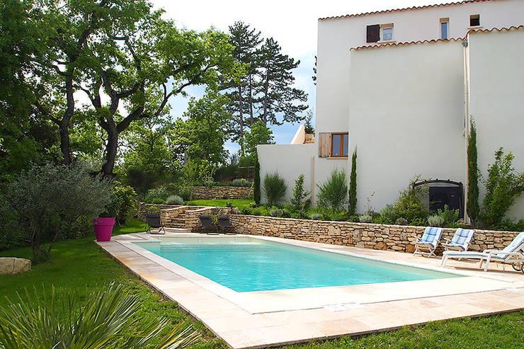La piscine en Béton à Nice: Piscines  de style  par Oplus piscines