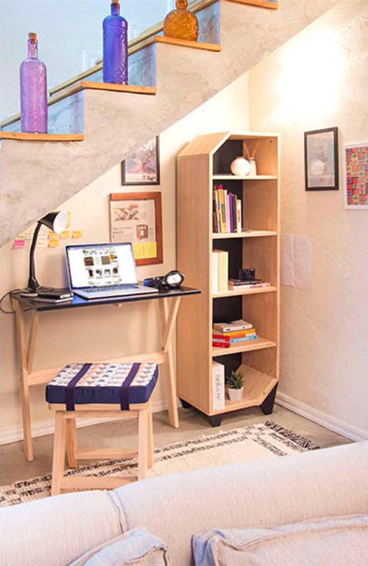 Escritório embaixo da escada: Escritório e loja  por Meu Móvel de Madeira