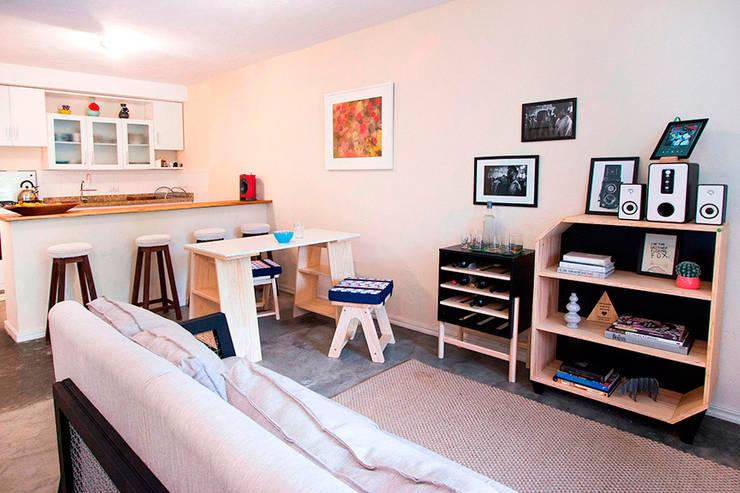 Loft para jovem casal: Sala de estar  por Meu Móvel de Madeira