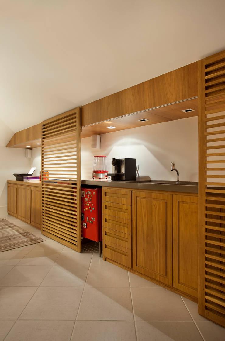 Casa Barra: Salas de estar  por Paula Libanio Arquitetura Interiores