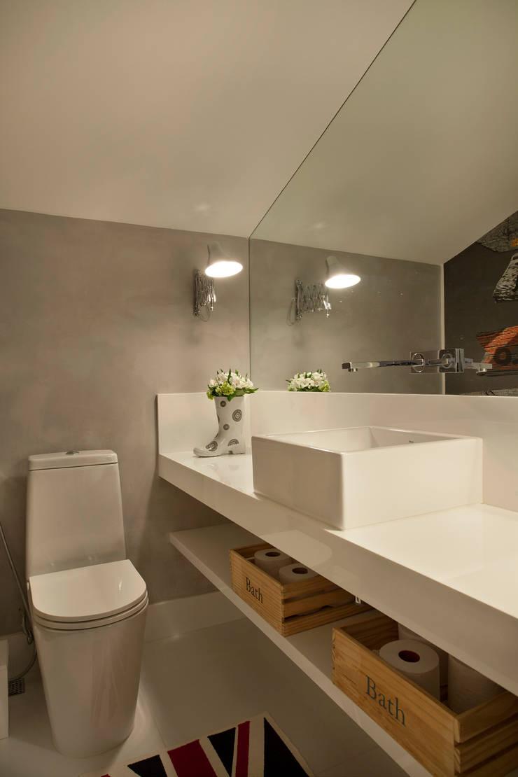 Casa Barra: Banheiros  por Paula Libanio Arquitetura Interiores
