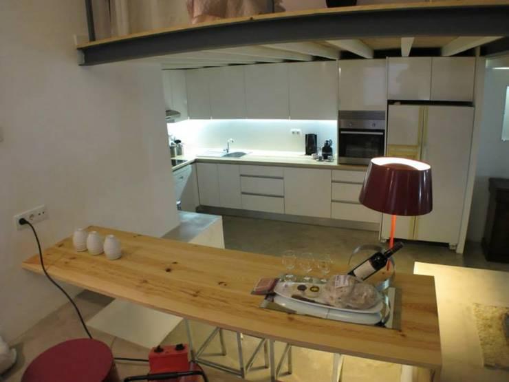 Loft Story: Cozinhas  por DRCF Arquitectos