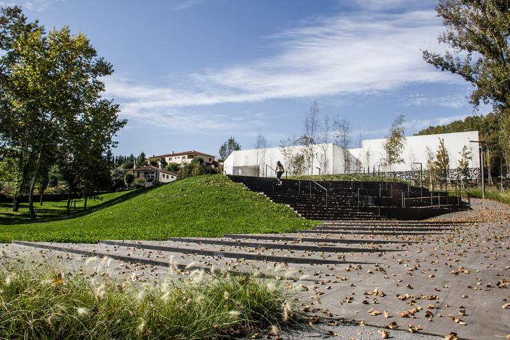 Parque Ribeiro do Matadouro: Jardins  por Oh!land studio, lda