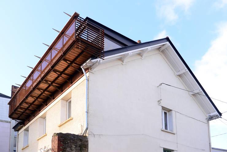 VUE DEPUIS LA RUE: Terrasse de style  par yann péron architecte