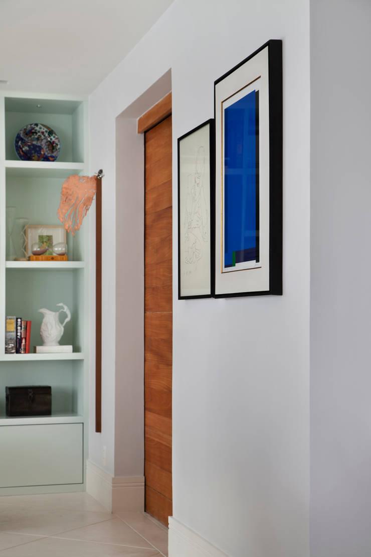 Living Leblon: Corredores e halls de entrada  por Paula Libanio Arquitetura Interiores