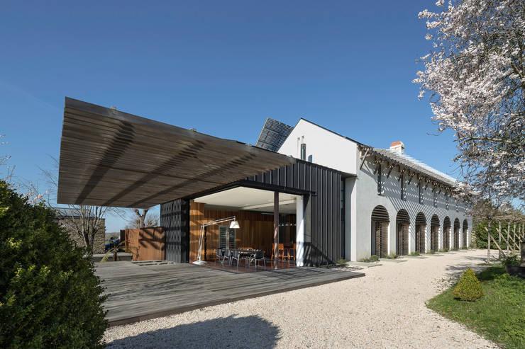 AUVENT SUSPENDU: Terrasse de style  par yann péron architecte