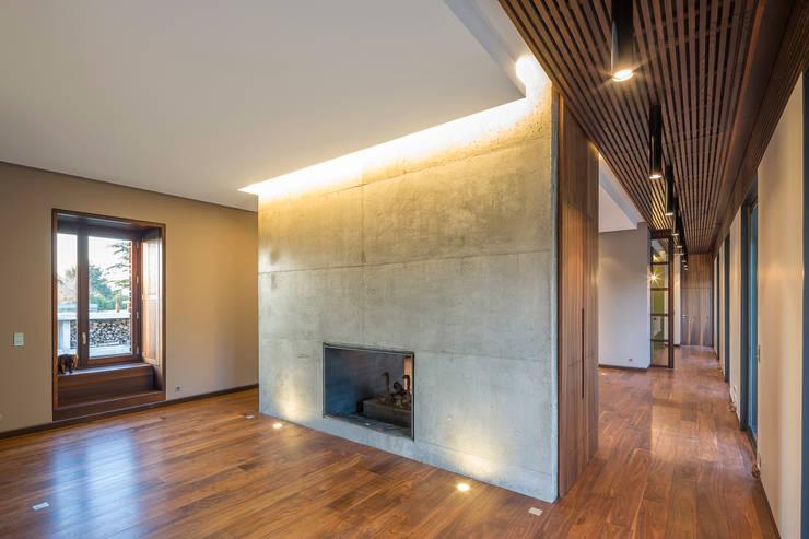 CHEMINEE DU SALON: Salon de style de style Moderne par yann péron architecte