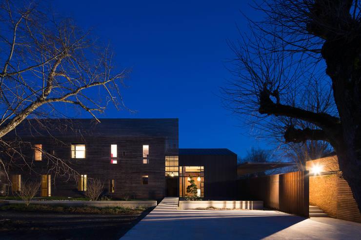 VUE DE L'ENTREE: Maisons de style de style Moderne par yann péron architecte