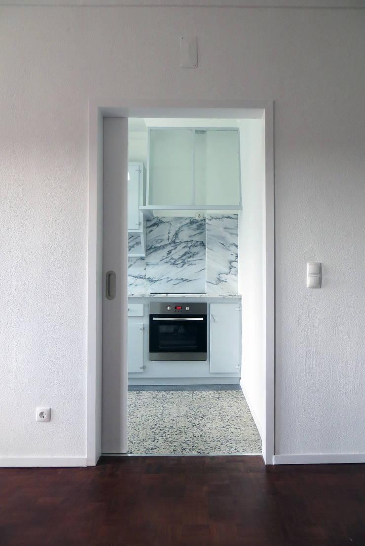 Apartamento Horta 1 : Cozinhas  por Atelier Alvalade