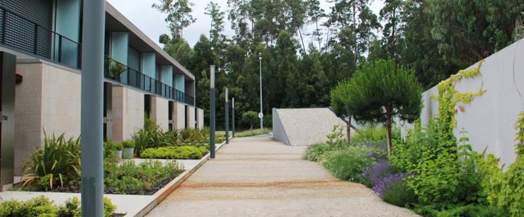 JARDIM PRIVADO DE URBANIZAÇÃO – MAIA: Jardins  por Oh!land studio, lda