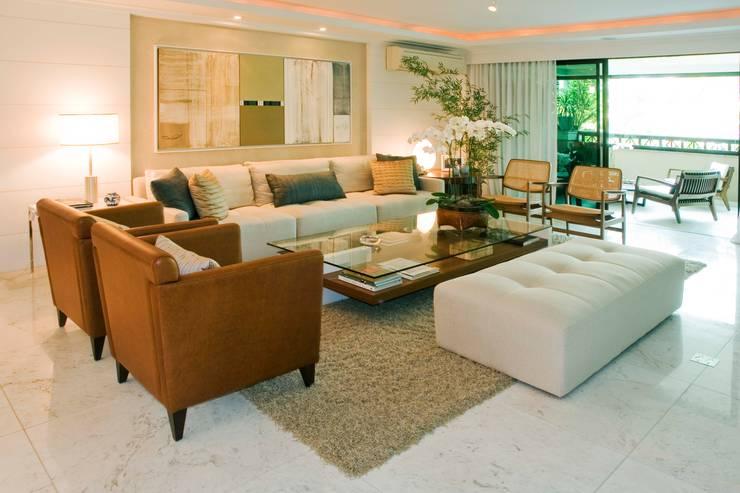 Residência PN: Salas de estar clássicas por RAF Arquitetura