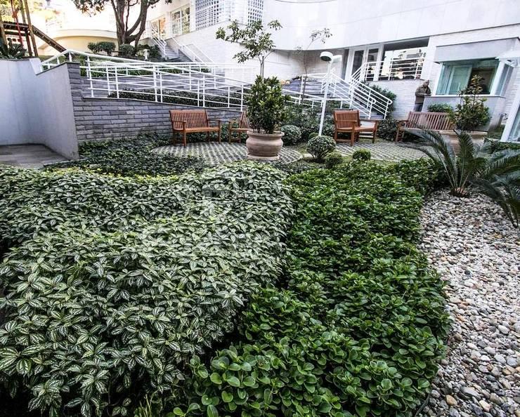 Paisagismo em condomínio residencial:   por Studio CLA Arquitetura