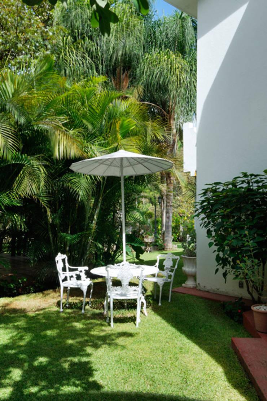 desayunador: Balcones y terrazas de estilo  por Excelencia en Diseño