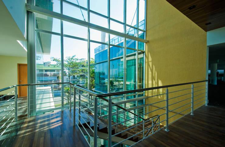 Abengoa: Corredores e halls de entrada  por RAF Arquitetura