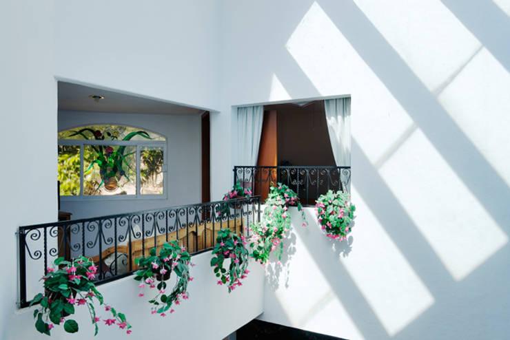 Pasillos y vestíbulos de estilo  de Excelencia en Diseño