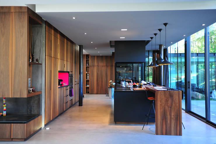 MAISON SUR LA CHEZINE: Cuisine de style de style Moderne par yann péron architecte