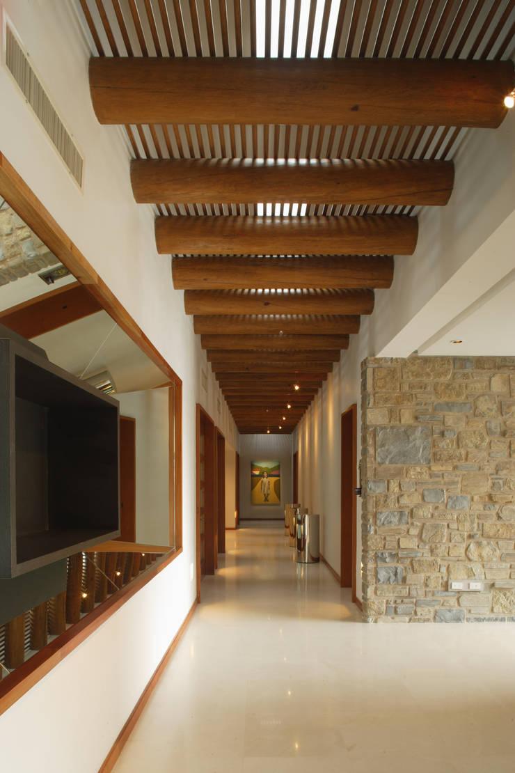 Corredores e halls de entrada  por Pórtico  , Colonial Madeira maciça Multi colorido