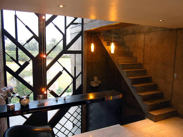 casa IZ: Pasillos y recibidores de estilo  por NonWarp