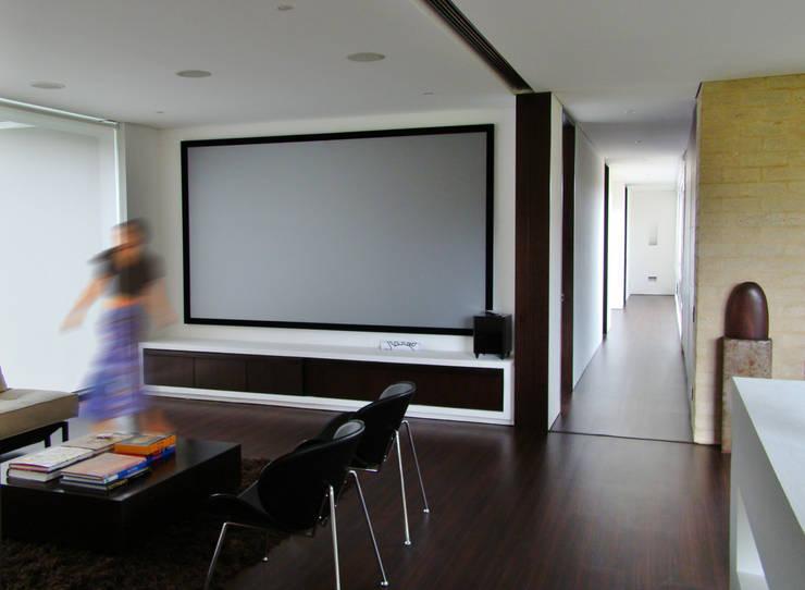 Casa H: Salas multimedia de estilo  por David Macias Arquitectura & Urbanismo